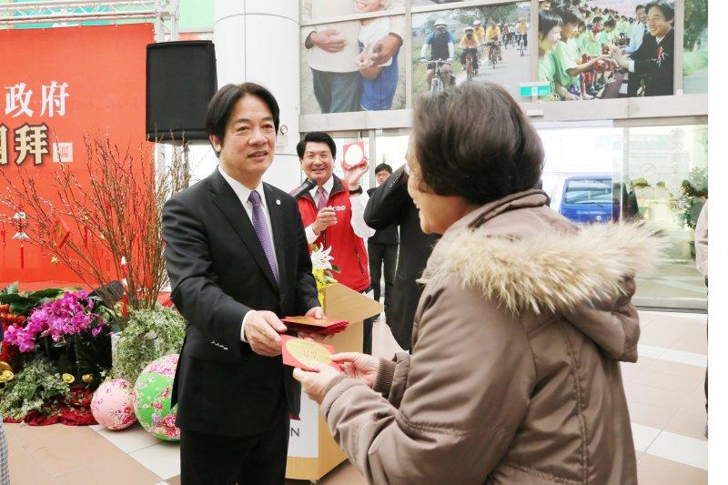台南市長賴清德親自現身發紅包。(台南市政府提供)