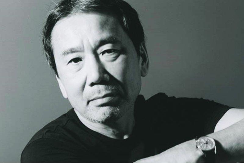 村上春樹的創作自述《身為職業小說家》不僅在日本暢銷,在 華語圈也備受注目。(圖/時報出版@facebook)