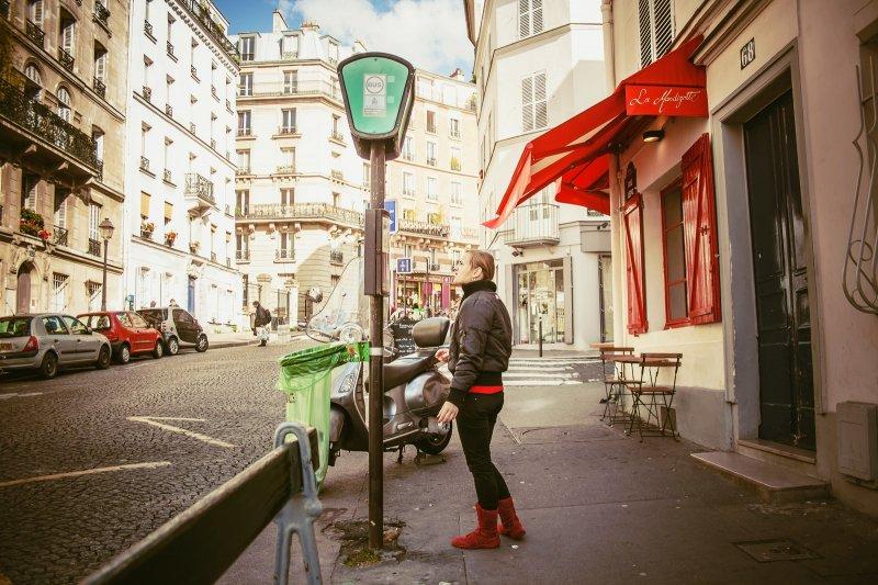 「問:在巴黎怎麼分辨誰是美國人? 答:撿起自家狗屎的那個就是。」(圖/Juanedc@flickr)