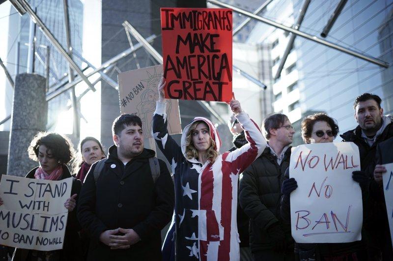 川普針對穆斯林頒布的入境簽證禁令,在國內外引發強烈抗議(AP)
