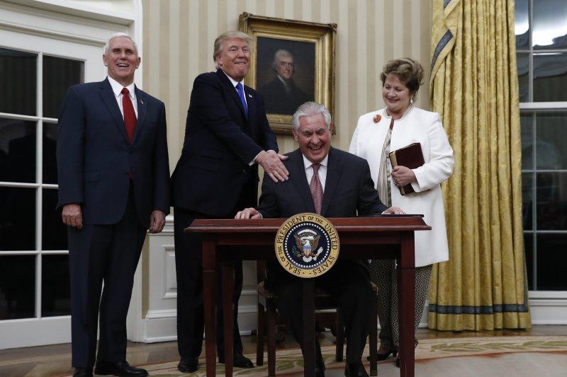 美國新任國務卿提勒森(Rex Tillerson)1日宣誓就任。左起:副總統彭斯、總統川普、提勒森、提勒森夫人倫妲。(AP)