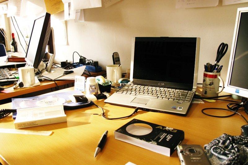 想要事業順利,財運滾滾來,除了努力工作外,或許你可以從辦公桌上的風水下手改變(圖/Tobias Abel@flickr)
