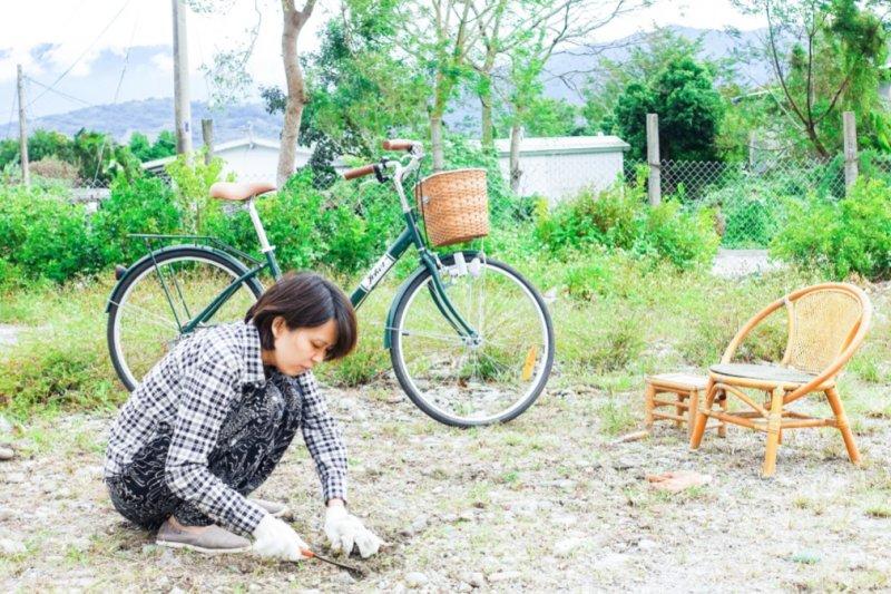 池上米式生活「米舍」前院很需要花時間整理,得從拔草做起,然後撒上種子,希望春天就可以擁有一片美麗的草皮。(圖/小日子提供)