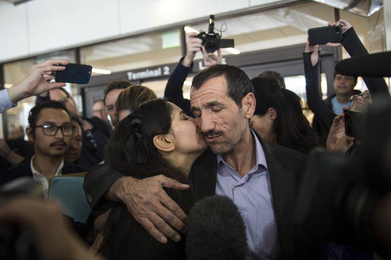 伊朗男子瓦耶漢(右)歷經波折,終於抵達美國洛杉磯與親人團圓(AP)