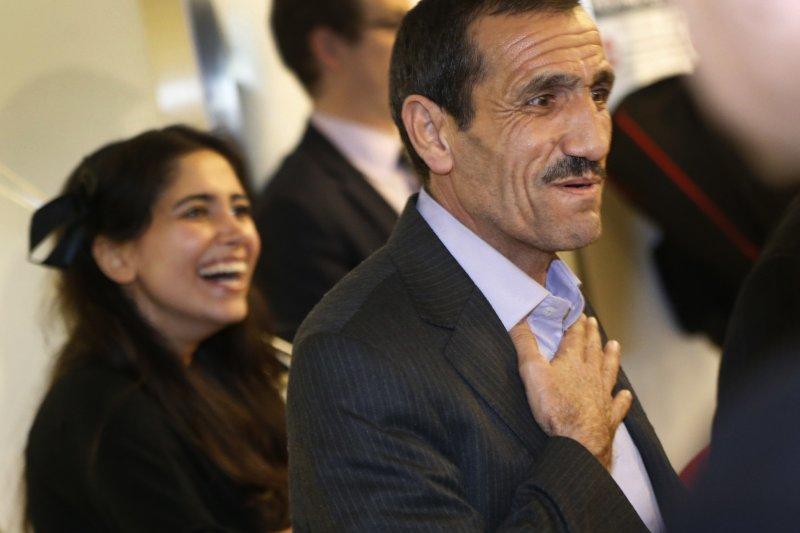 伊朗男子瓦耶漢歷經波折,終於抵達美國洛杉磯與親人團圓(AP)