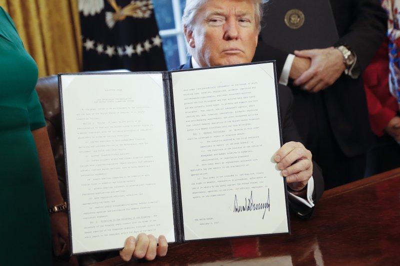 圖為川普的簽證禁令被好幾州控告,聯邦法院上演拉鋸戰。(美聯社)