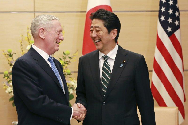 美國國防部長馬提斯與日本首相安倍晉三。(美聯社)