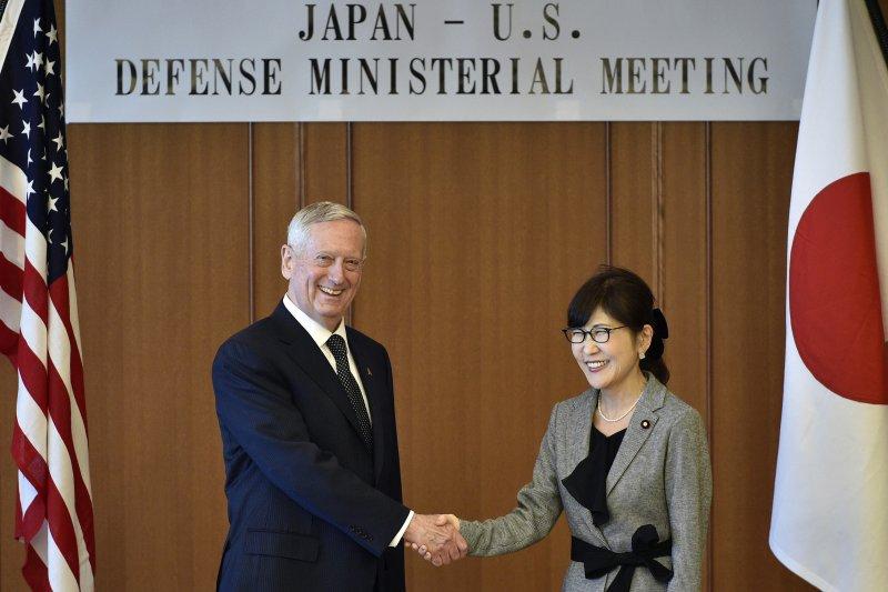 美國國防部長馬提斯與日本防衛大臣稻田朋美。(美聯社)