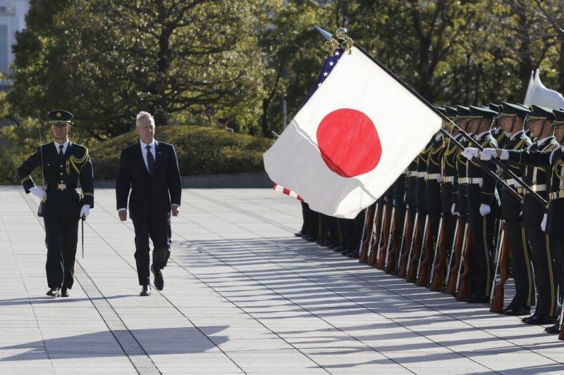 美國國防部長馬提斯在東京檢閱儀仗隊。(美聯社)