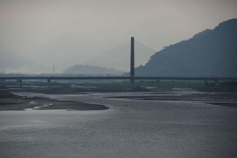 濁水溪變清了,最近成為熱議話題。(圖為濁水溪流經水里的河景。Mk2010 /維基百科)