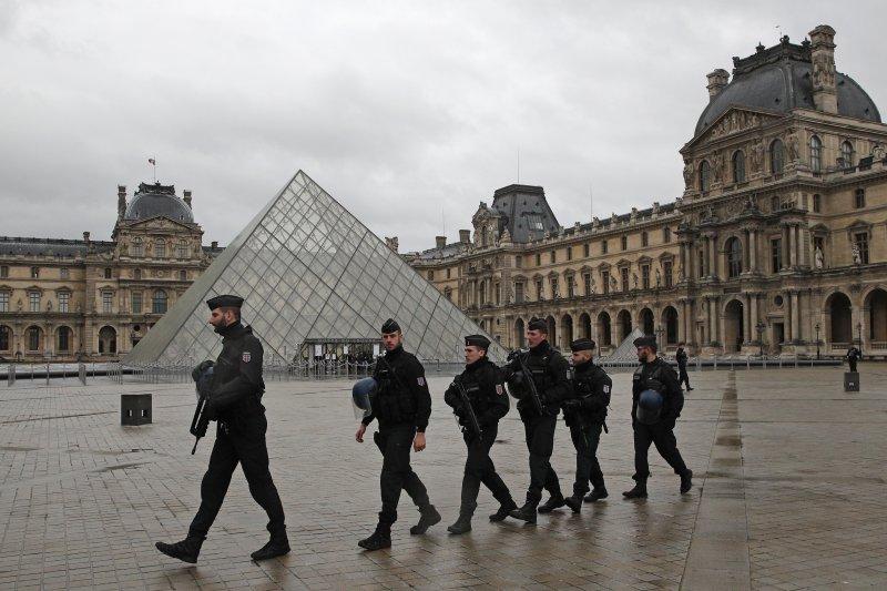 軍警在攻擊事件後於羅浮宮鄰近區域巡邏,不敢大意。(美聯社)