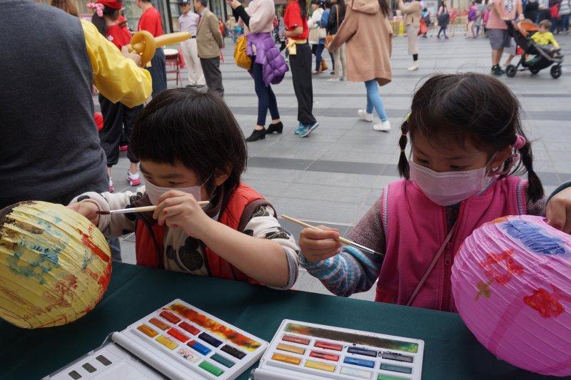 臨近元宵燈節特別安排彩繪燈籠活動,民眾只要捐出50元以上就可以現場體驗。孩子們聚精會神彩繪,也間接幫助弱勢孩子獲得更好的生活及求學機會。(南台中家扶中心)