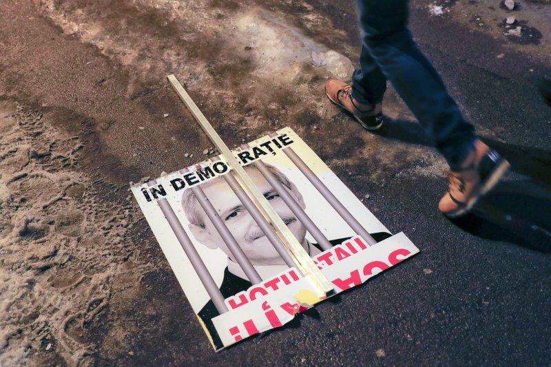 羅馬尼亞的社民黨主席德拉格內亞的肖像在抗議活動中被「關進大牢」。(美聯社)