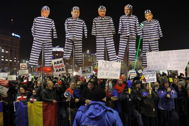 社民黨內閣的一票高官在抗議活動中都成了人人喊打的囚犯。(美聯社)