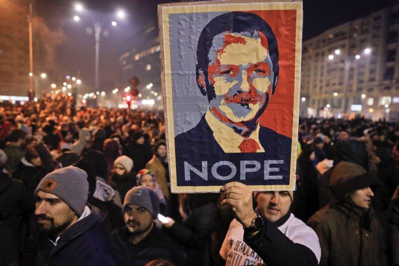 羅馬尼亞的社民黨主席德拉格內亞的肖像在抗議活動中,成為最常見的海報人物。(美聯社)