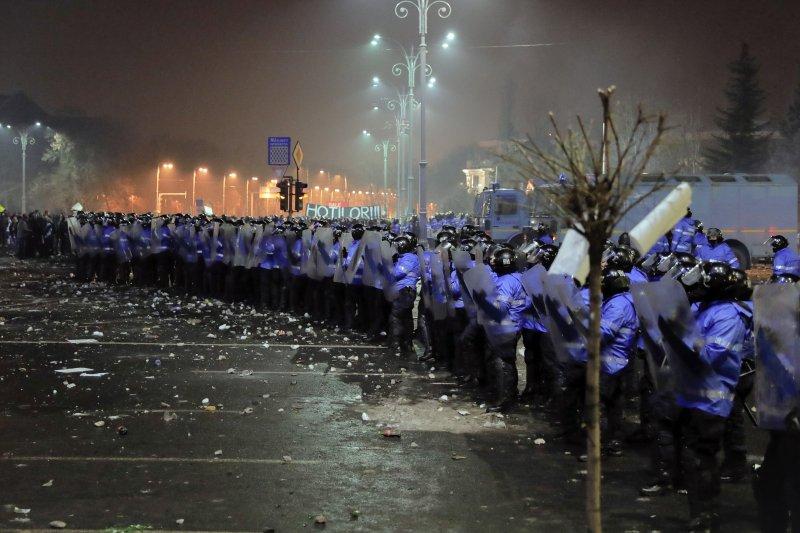 羅馬尼亞的鎮暴警察抗議活動中嚴陣以待。(美聯社)