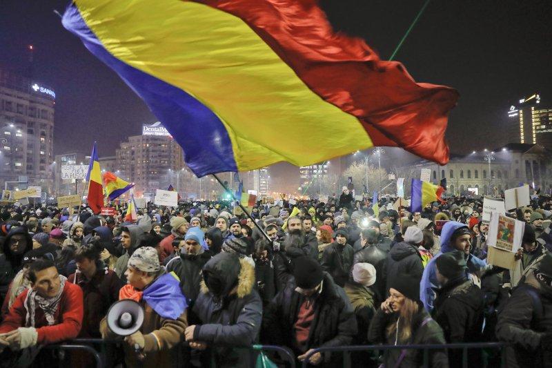 由於政府袒護貪污犯,使得羅馬尼亞爆發近年規模最大的抗議活動。(美聯社)
