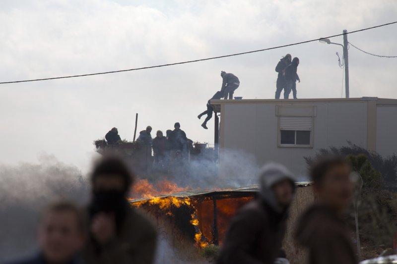 當以色列開始驅散屯墾區的居民,當地民眾也只能爬上棲身的拖式露營車躲避。(美聯社)