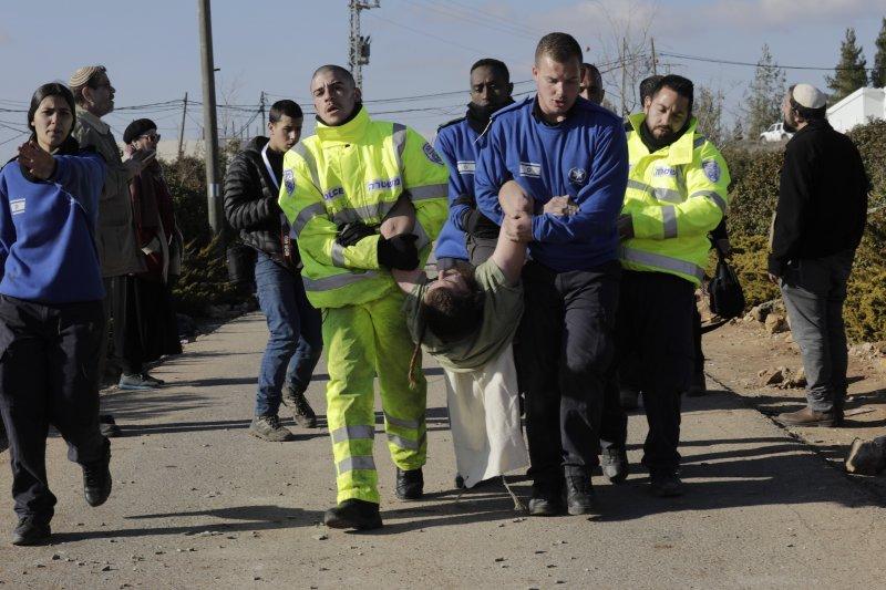 以色列警察2日強勢驅離居住在阿莫納屯墾區的民眾。(美聯社)