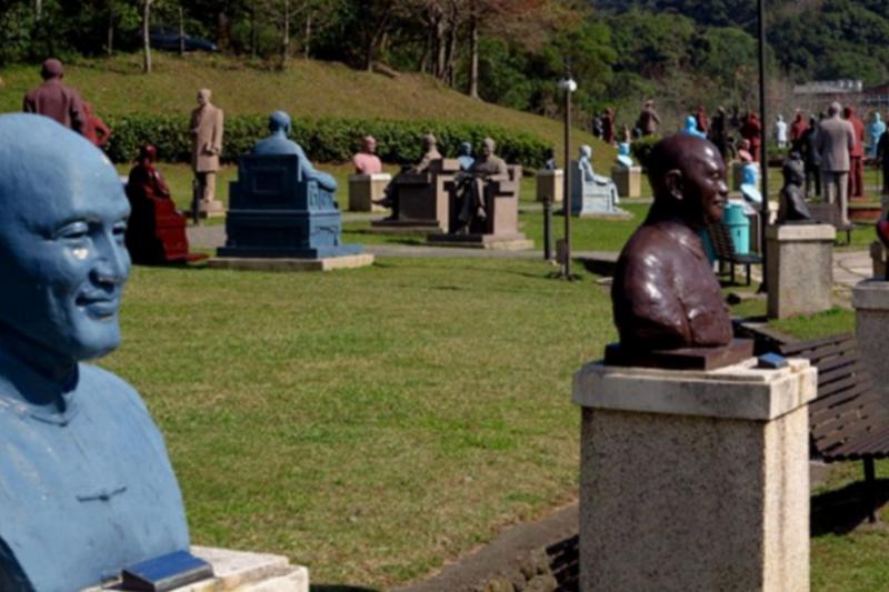 走下神壇的兩蔣,雕像全聚到一塊兒。(胡發雲提供)