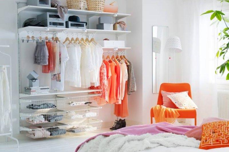 很多人衣櫃會亂,是因為藏了許多不捨與幻想。例如衣櫃裡許多衣服都太小,但仍想著:「如果我瘦了就能穿了!」...(示意圖/IKEA 宜家家居粉絲團@facebook)