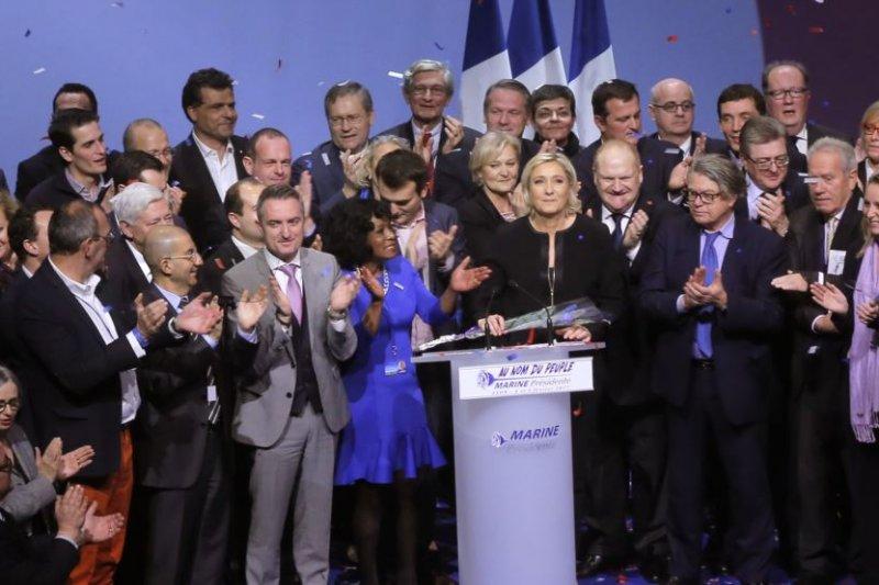 法國極右翼領導人、總統候選人勒潘在法國里昂會議結束後與黨內成員一起參加集會。(圖取自美國之音)