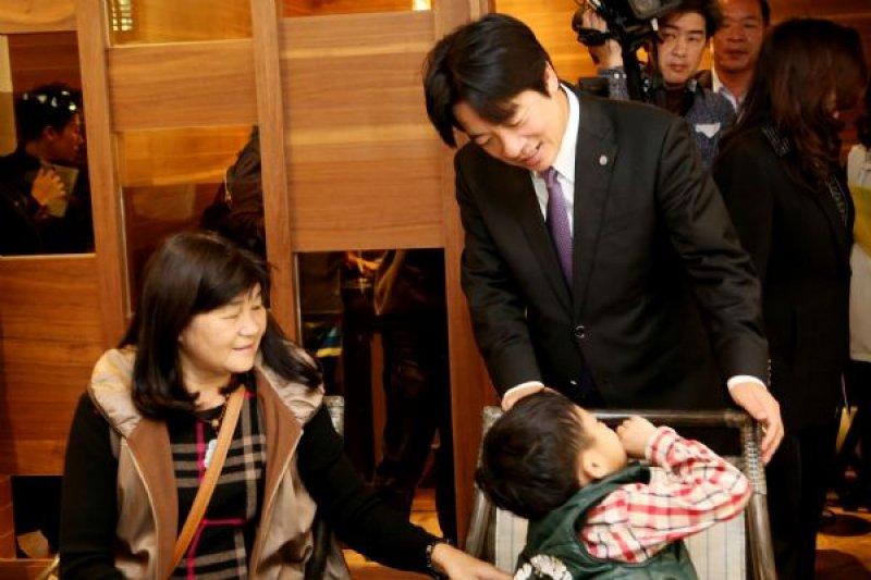 台南市長賴清德邀請0206震災中的失依或單親兒少共進午餐,圖中小孩為罹難者蔡閔洲與李焮煊夫婦的3歲兒子。(台南市政府提供)
