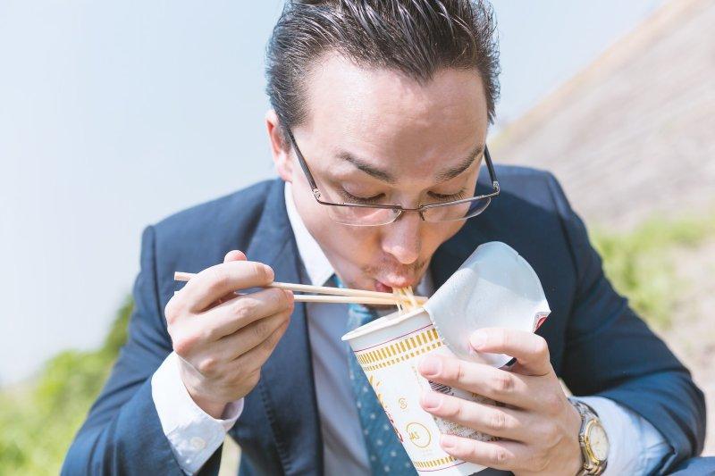 這個月要吃泡麵度日啦,哭窮時英文可以怎麼表達...(示意圖/pakutaso)