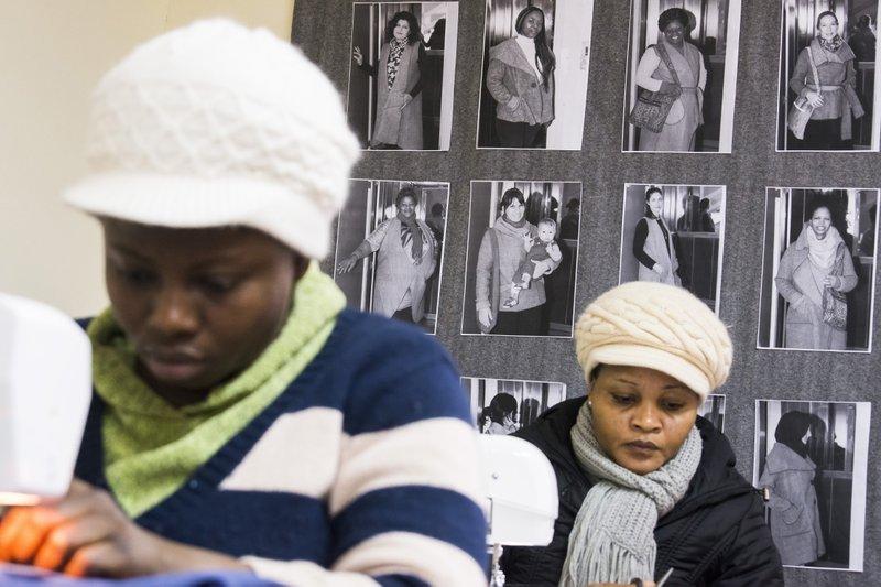 難民聚集在「娜歐蜜」的工作坊裡,聚精會神上著縫紉課(AP)