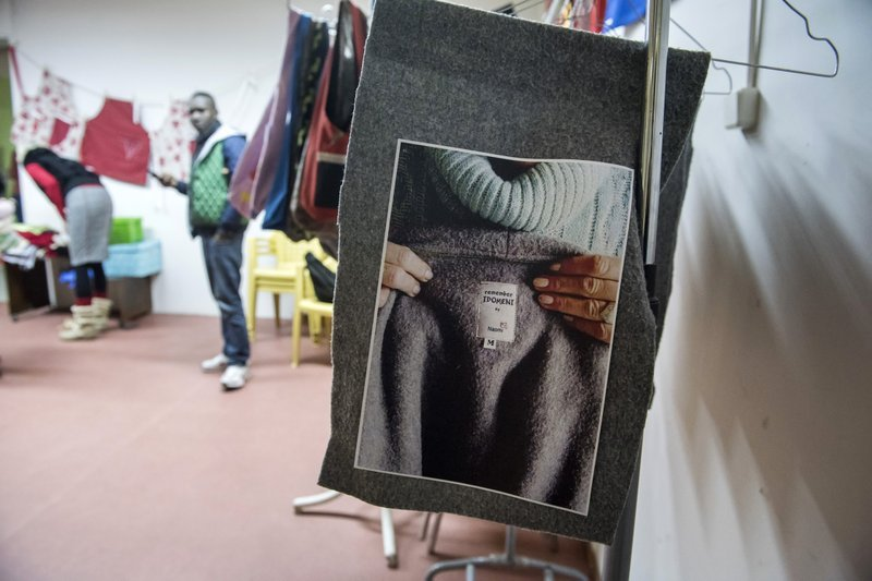 「娜歐蜜」的工作坊裡展示的大衣照(AP)