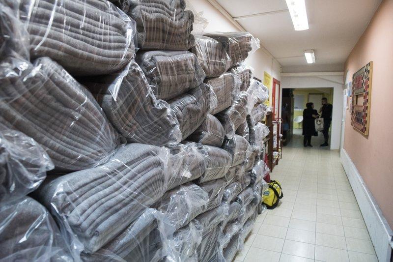 成堆舊毛毯放在「娜歐蜜」的工作坊裡,等著志工將它們變成大衣(AP)