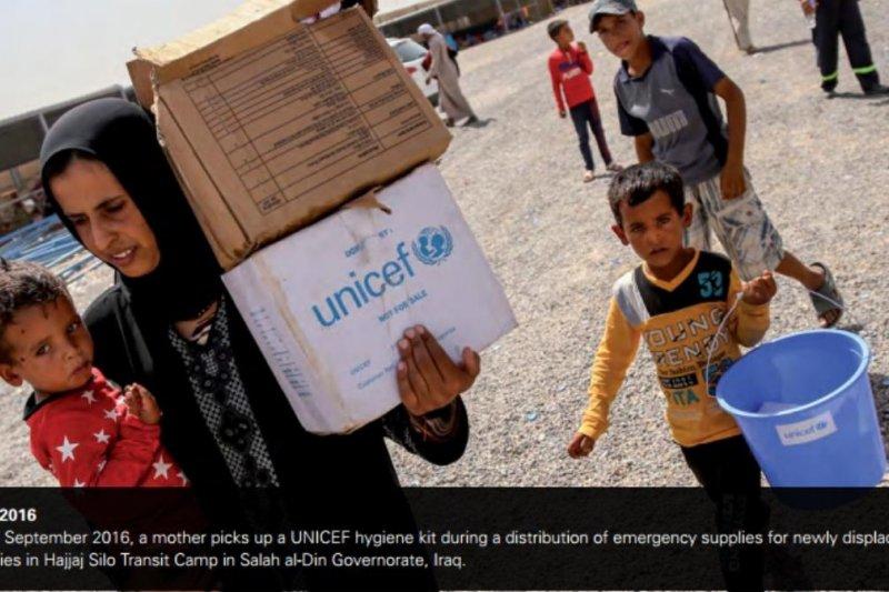 伊拉克一名母親在難民營領取物資。(翻攝UNICEF年度報告)