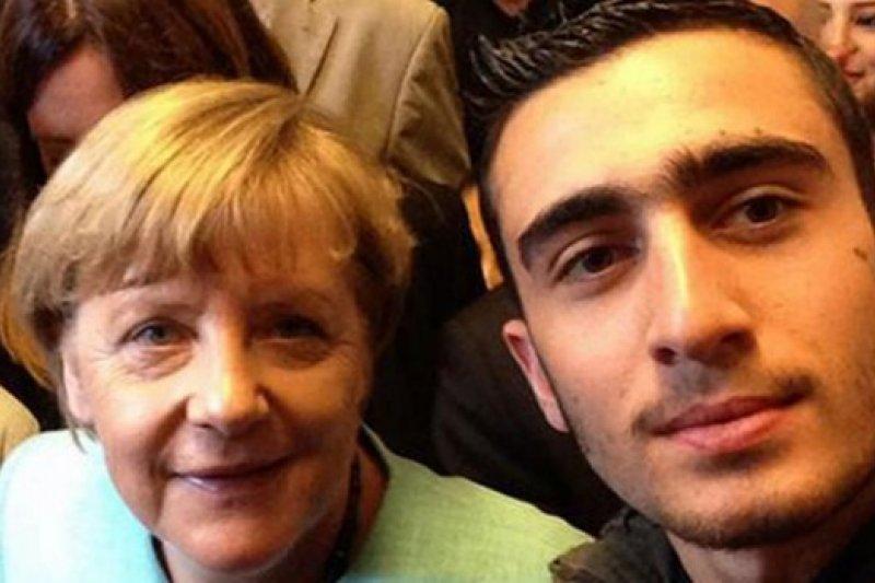 就是這張與梅克爾的合照,讓敘利亞難民莫達馬尼(Anas Modamani)不勝其擾。