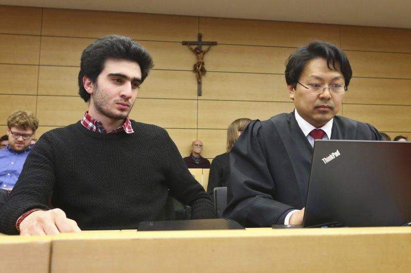 敘利亞難民莫達馬尼與辯護律師6日一同出庭。(美聯社)