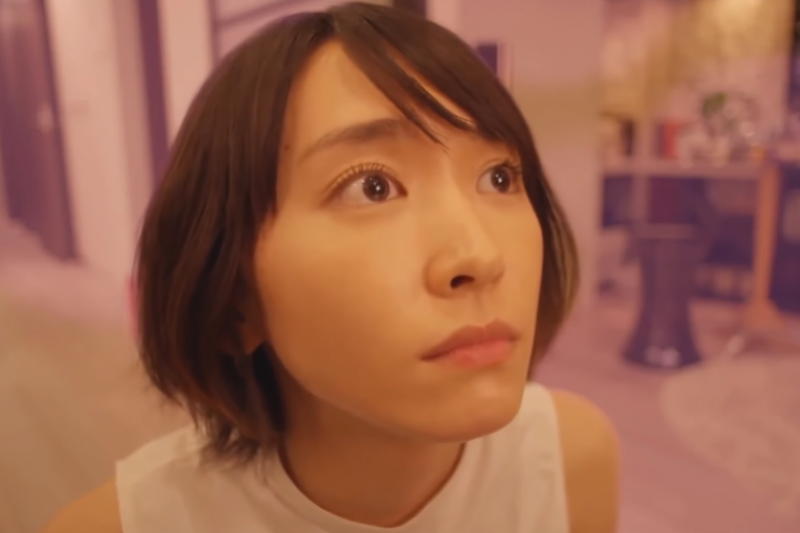在日劇《月薪嬌妻》裡的細節,潛移默化指出日本現實環境中的社會問題。(翻攝自youtube)