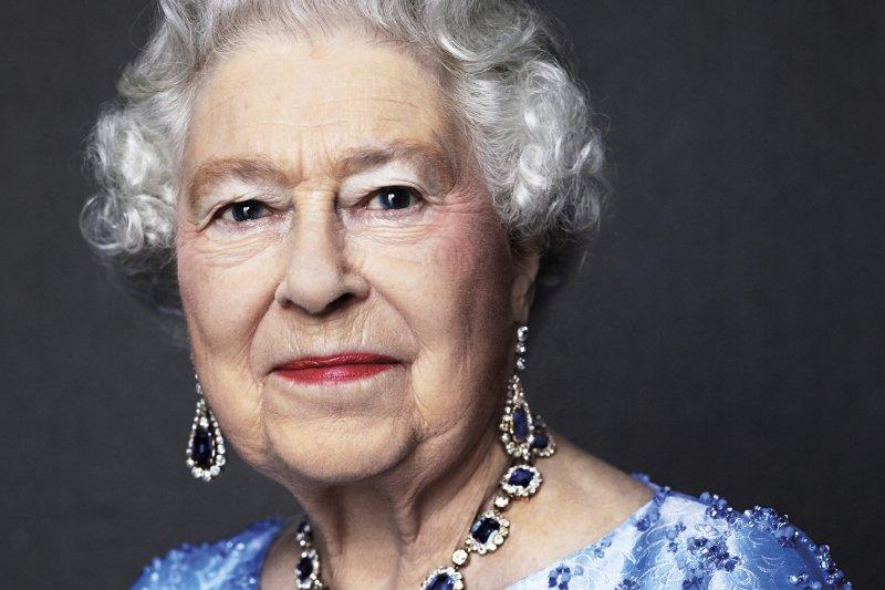 女王辦公室發佈女王肖像,脖子上的藍寶石是父親喬治六世在她1947年結婚時送給她的禮物。(美聯社)