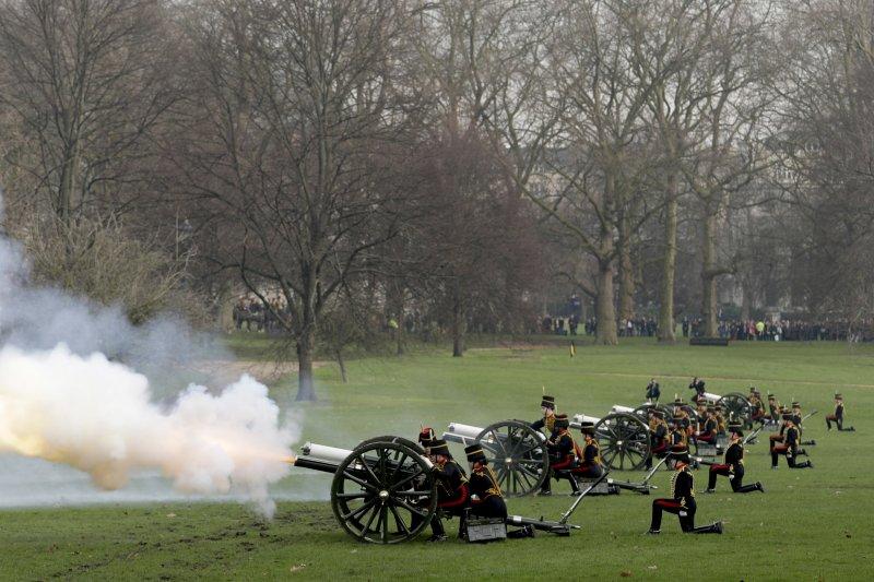 慶祝女王登基65年,英國皇家騎兵炮隊在離白金漢宮不遠的格林公園鳴放41響禮炮。(美聯社)