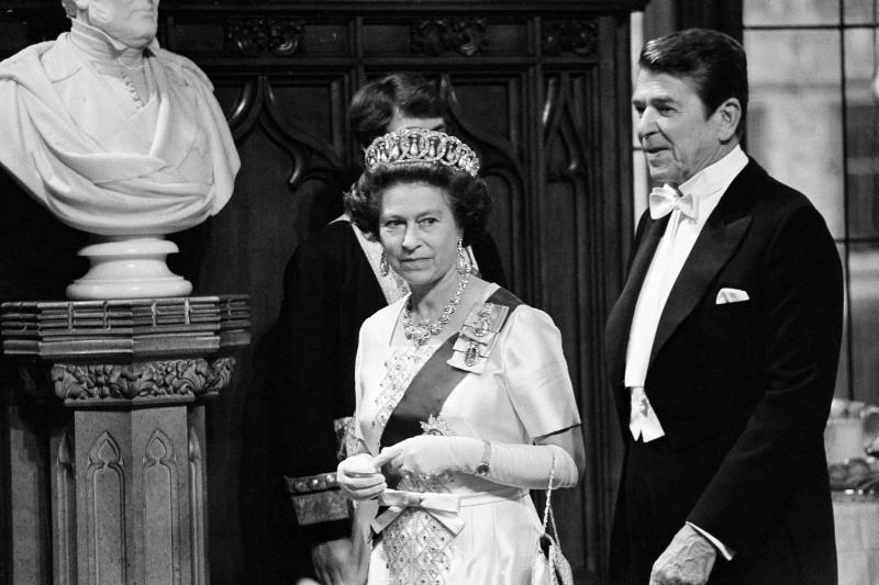 1980年,伊莉莎白二世在英國會晤當時的美國總統雷根。(美聯社)
