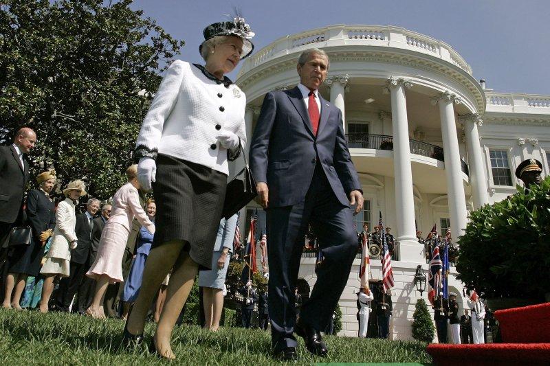 2007年,英國女王與當時的美國總統小布希在白宮聊天。(美聯社)