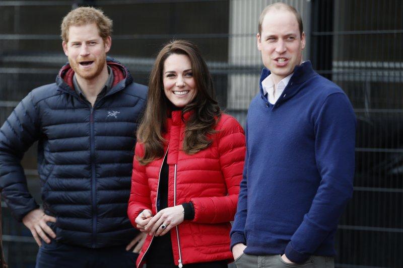 哈利王子(左)凱特王妃(中)和威廉王子(右)也一同慶祝女王登基65年。(美聯社)