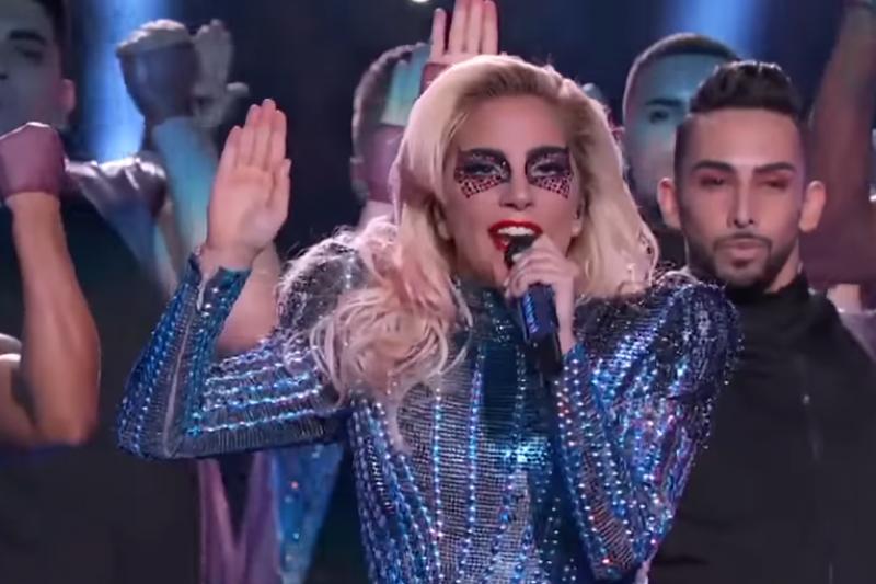 女神卡卡Lady Gaga嗨翻2017超級盃,結尾丟麥跳下台超級霸氣。(翻攝自youtube)