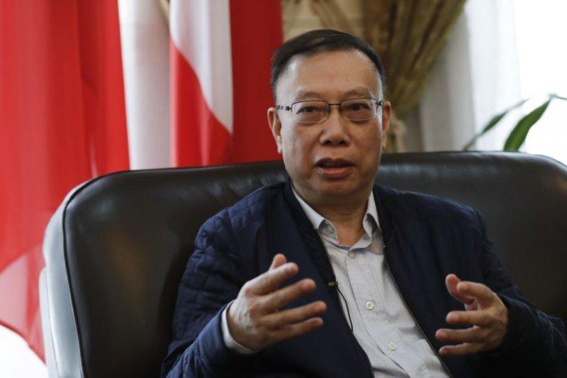 中國前衛生部副部長黃潔夫教授在中國駐義大利大使館接受採訪(美國之音)