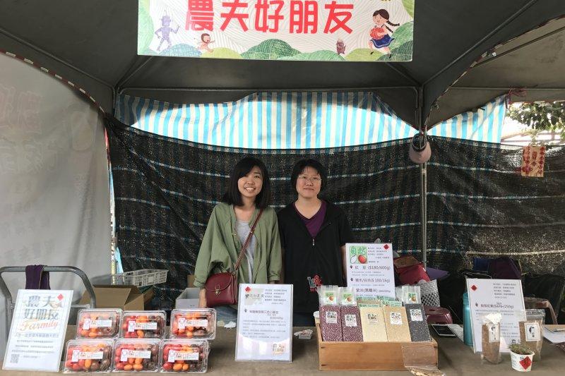 屏東縣政府舉辦「2017屏東熱帶農業博覽會」,其中自創品牌「農夫好朋友品牌」,是由兩位不到30歲的青年農民所創建。(屏東縣政府提供)