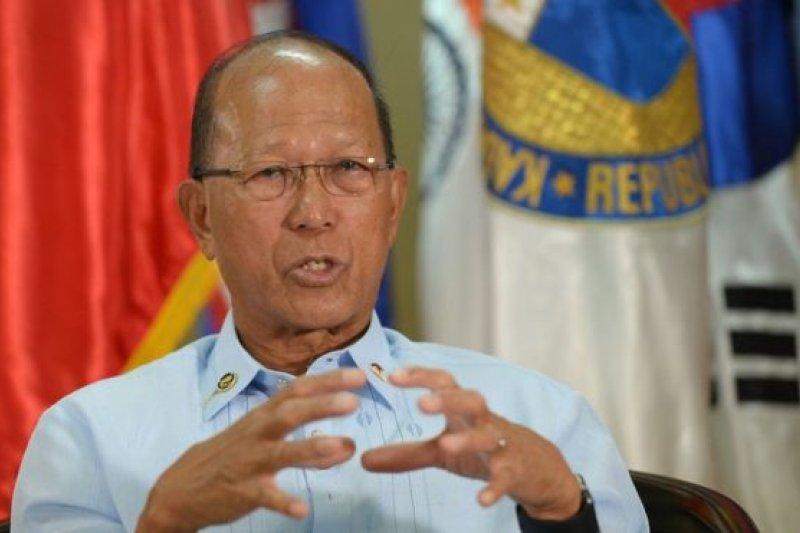 菲律賓國防部長羅倫扎納2月7日接受法新社訪問。(BBC中文網)