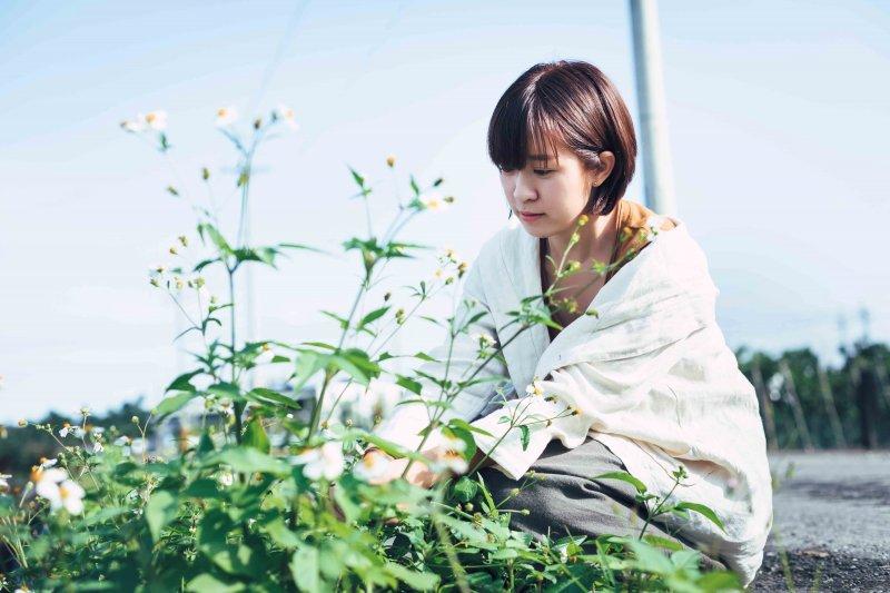 草木染的原料在大自然間隨處可得,摘採路邊的咸豐草,能染出淡雅的褐色。(圖/小日子提供)