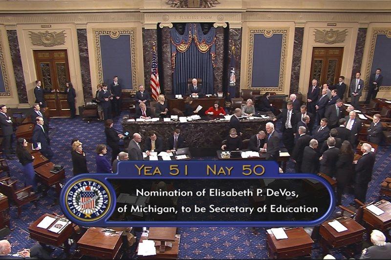 美國副總統彭斯及時投下破冰票,通過教育部長德沃斯的提名。(美聯社)