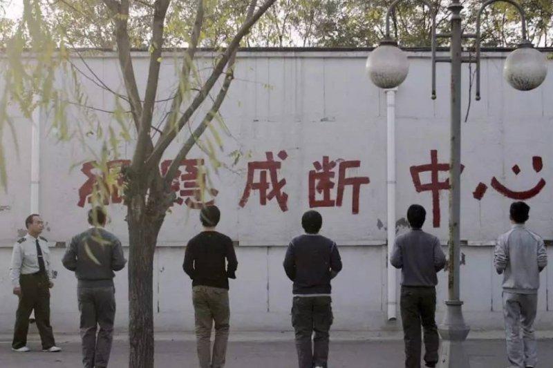 隨著網路使用年齡下降,中國有越來越多青少年被家長送到網癮勒戒中心。(圖自網路)