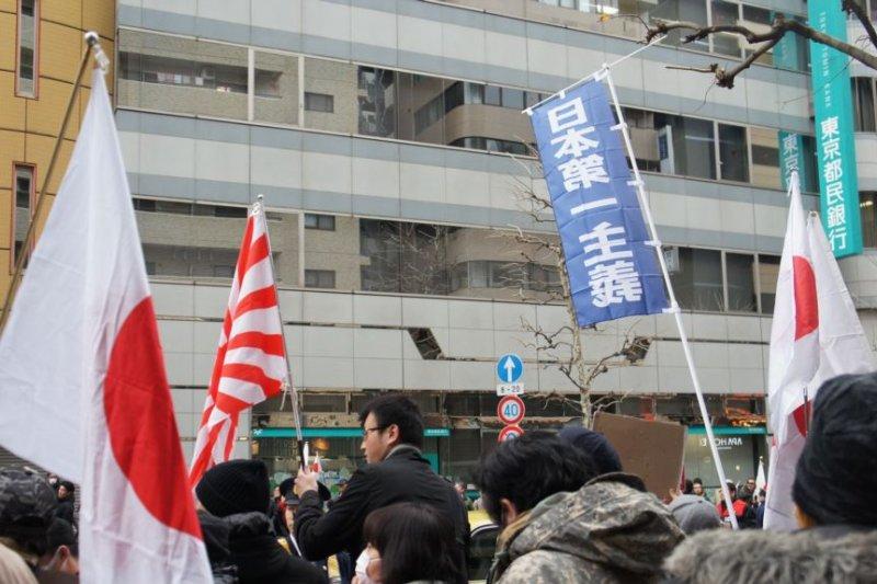 日本右翼在東京街頭活動時打出了「日本第一主義」新口號。(圖取自美國之音)