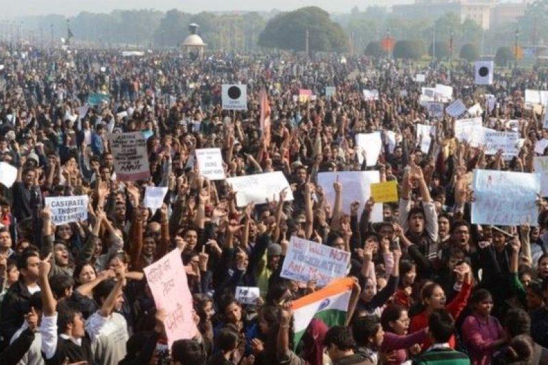 2012年發生在印度的輪姦案觸發大規模示威。(BBC中文網)