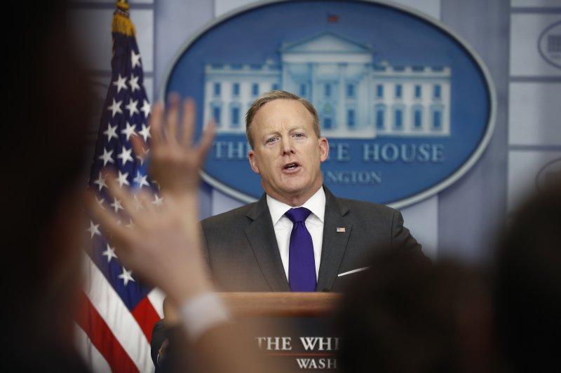 白宮發言人史派瑟為了護主公開扯謊。(美聯社)